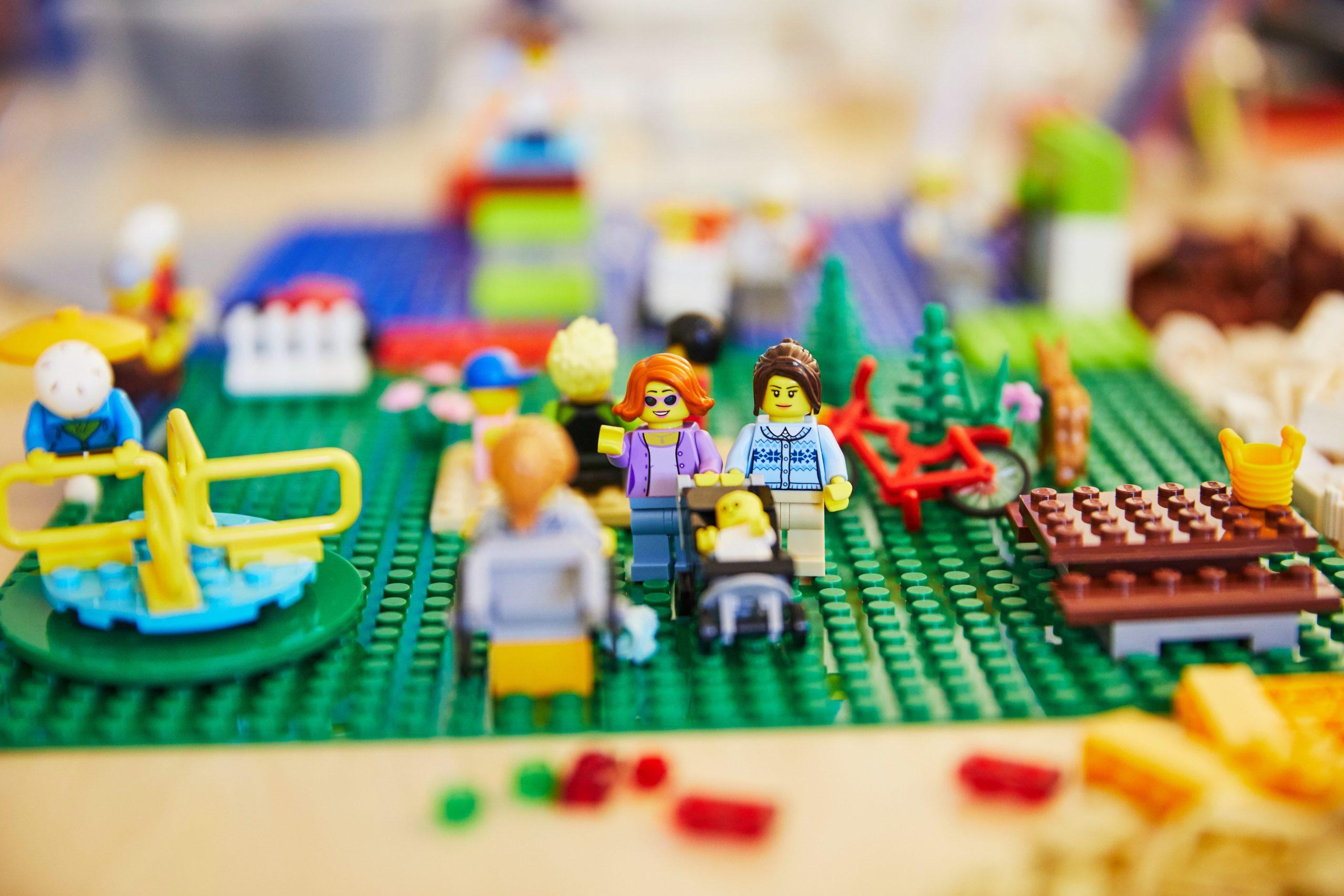 Auf dem Bild sieht man verschiedene bunte Legofiguren. Das Setting ist ein Spielplatz.© Servicestelle Jugendbeteiligung e.V., 2020