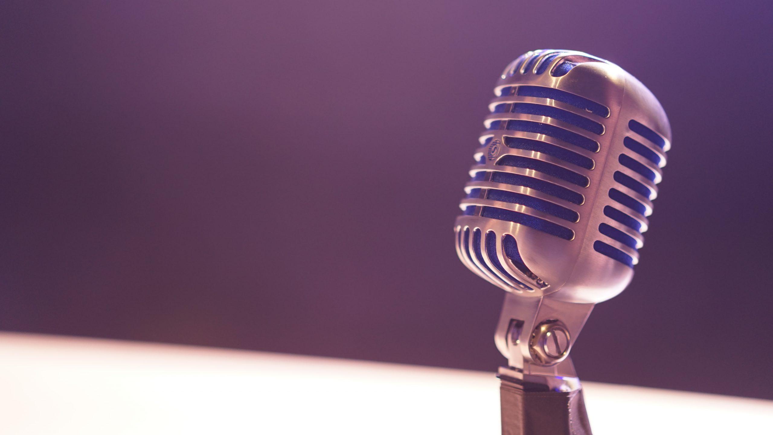 Das Bild zeigt ein Mikrofon vor einem lila Hintergrund. © Servicestelle Jugendbeteiligung e.V., Matt Botsford, 2017