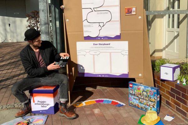 Das Projektentwicklungslabor, aufgebaut auf einem Platz im Freien. © Servicestelle Jugendbeteiligung e. V., 2021