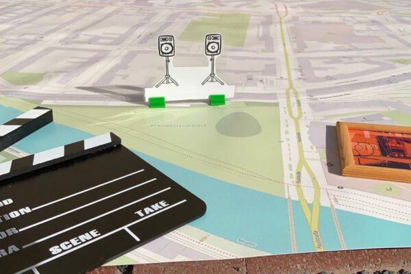 Eine Stadtkarte zur Planung mit dem Projektentwicklungslabor. Darauf liegen Gegenstände, die Aktionen symbolisieren. © Servicestelle Jugendbeteiligung e. V., 2021