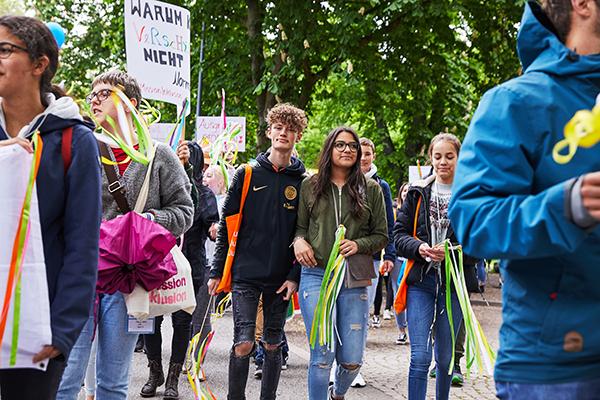 """Das Bild zeigt eine Gruppe junger Menschen, die gemeinsam für Inklusion demonstrieren. © Aktion Mensch e. V. / Servicestelle Jugendbeteiligung e. V./Anna Spindelndreier, 2019"""""""