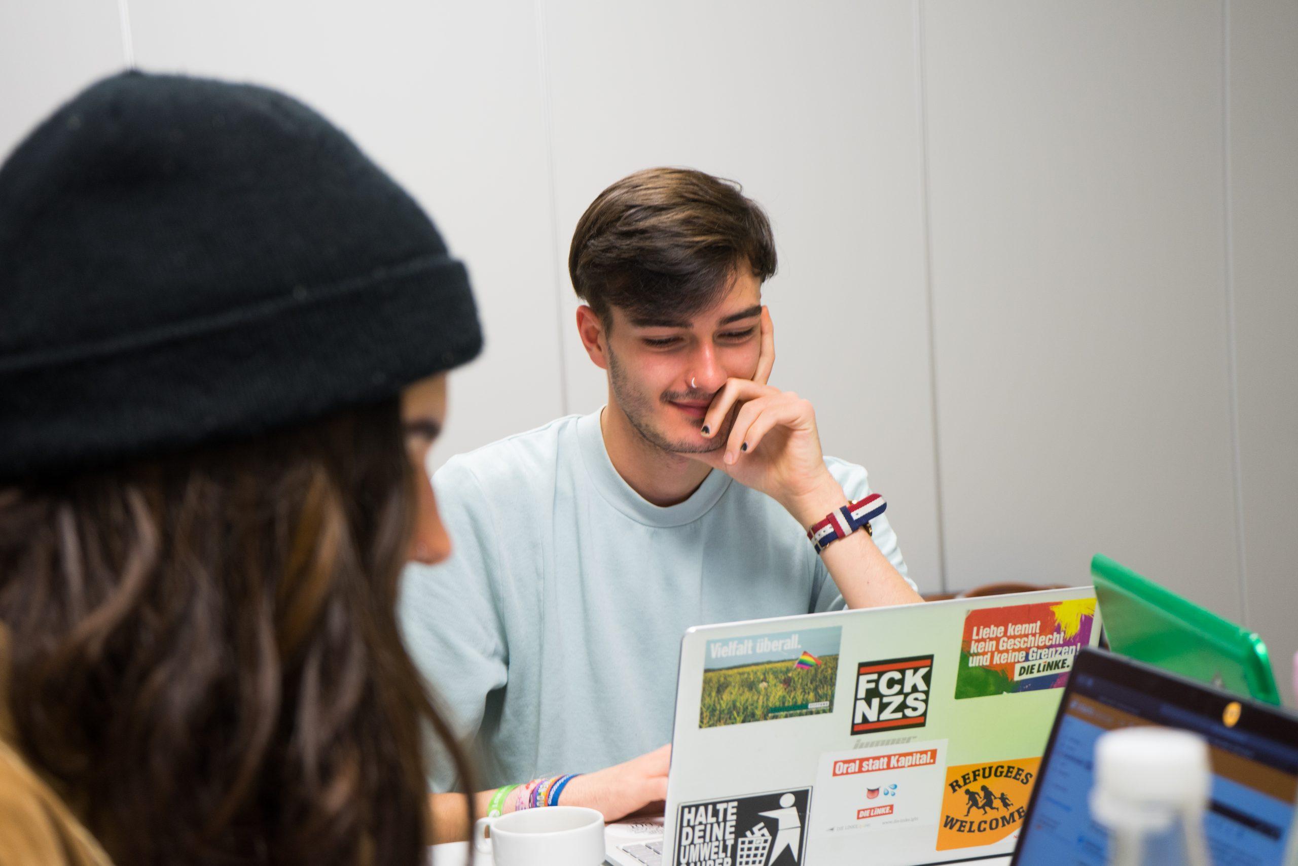Auf dem Bild sind ein Junge und ein Mädchen zu sehen. Beide sitzen an einem Tisch und schauen auf jeweils einen Laptop. © Servicestelle Jugendbeteiligung e.V., 2019