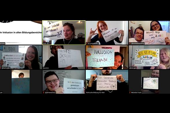 """Auf dem Bild ist ein Screenshot zu sehen. Menschen haben verschiedene Plakate in der Hand, in denen Forderungen zum 5. Mai festgehalten sind. Man sieht in dieser Reihenfolge mit ihren Forderungen: """"Mehr Inklusion in allen Bildungsbereichen"""", """"Für mehr Solidarität und Inklusion #missioninklusion"""", """"Inklusion ist ein Menschenrecht!!!"""", """"Inklusion muss laut und bunt sein!! #viva la inklusion #inkluenzer"""", """"Inklusion ist viel mehr als Kinder mit einer Behinderung auf Regelschulen zu beschulen"""", """"Heute schon an Inklusion gedacht"""", """"Inklusion heißt Teilhabe"""", """"Nicht nur am 5. Mai - Inklusion immer und überall mitdenken"""", """"The future is inclusive #weil vielfalt fetzt"""", """"Inklusion bedeutet gemeinsam verschieden zu sein"""", """"Fair bezahlte politische Bildung zum Thema Inklusion!"""", """"Nicht weil es schwer ist, wagen wir es nicht, sondern weil wir es nicht wagen, ist es schwer."""" © Servicestelle Jugendbeteiligung e.V., 2020"""