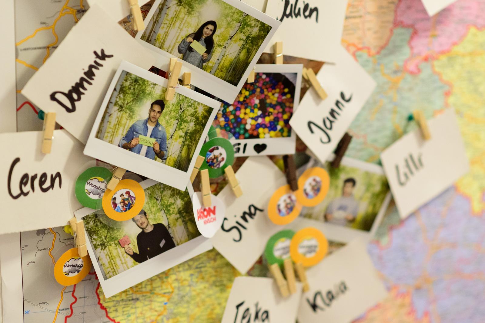Polaroid-Fotos von Mitgliedern des Mission Inklusion-Teams, die mit ihren Namen versehen sind und an eine Deutschlandkarte gehangen wurden. © Servicestelle Jugendbeteiligung e. V./ Marius Klemm, 2018