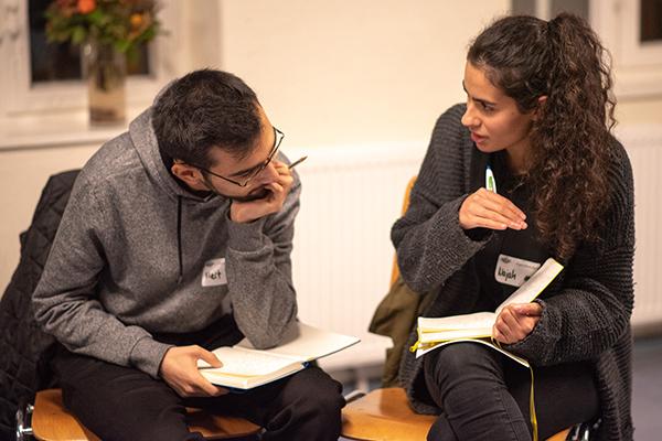 Auf dem Bild sieht man zwei Personen, die nebeneinander sitzen und miteinander diskutieren. © Servicestelle Jugendbeteiligung e. V., 2018