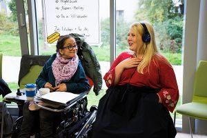 Das Bild zeigt zwei Dein Ding Projektmacher*innen im Gespräch © Servicestelle Jugendbeteiligung e. V., 2020
