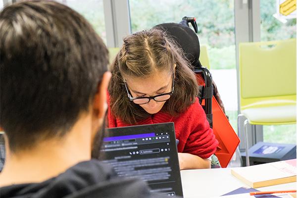 Das Bild zeigt zwei Dein Ding Projektmacher*innen, die gemeinsam am Tisch sitzen und an ihren Projekten arbeiten. © Servicestelle Jugendbeteiligung e. V., 2020