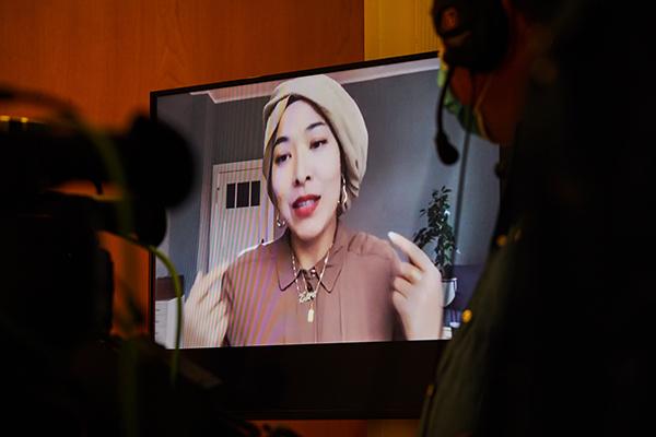 Das Bild zeigt die Moderatorin Esra Karakaya im Talk beim InkluDay 2020. Das Foto ist eine Aufnahme von einem Bildschirm, da sie beim InkluDay live zugeschaltet war. © Anna Spindelndreier, 2020