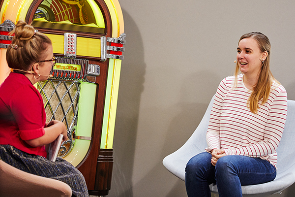 Das Bild zeigt Ninia im Talk mit der YouTuberin Fabiana beim InkluDay 2020 © Anna Spindelndreier, 2020