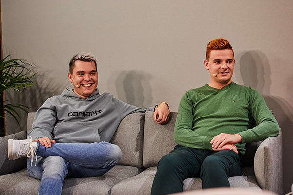 Das Bild zeigt Jan und Tim vom YouTube Kanal Gewitter im Kopf beim InkluDay. Sie sitzen lächelnd auf einer Couch.© Anna Spindelndreier, 2020
