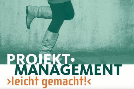 """Titelbild von: """"Projekt Management leicht gemacht!"""" Oben sind im Hintergrund zwei Beine beim laufen zu sehen."""