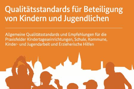 """Titelbild von: """"Qualitätsstandards für Beteiligung von Kindern und Jugendlichen; Allgemeine Qualitätsstandards und Empfehlungen für die Praxisfelder Kindertageseinrichtungen, Schule,Kommune, Kinder- und Jugendarbeit und Erzieherische Hilfen"""". Unten sind Personen abgebildet, die vor einer Stadt stehen."""