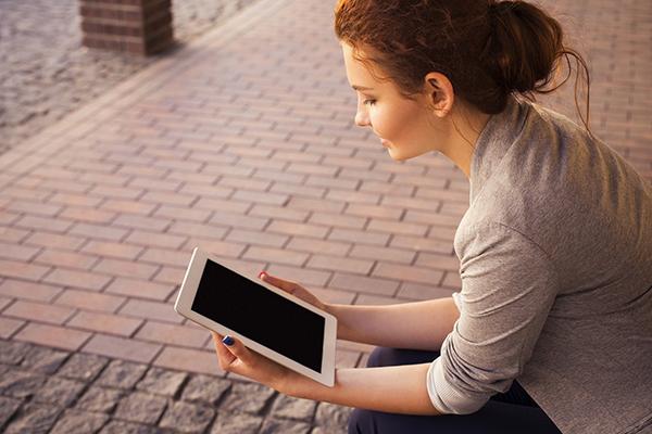 Auf dem Bild sieht man eine Person, die ein Tablet in der Hand hält. ©Free-Photos auf Pixabay 2021