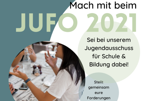 Eine junge Frau sitzt an einem Tisch und diskutiert. Der Text zum Bild lautet: Mach mit beim JuFo 2021. Sei bei unserem Jugendausschuss für Schule und Bildung dabei. Stellt gemeinsam eure Forderungen an die Politik.