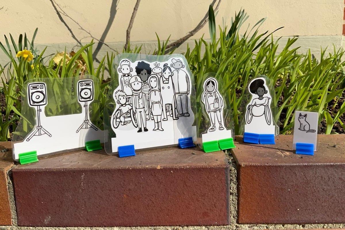 Figuren aus den Scenes des Projektentwicklungslabors, aufgestellt auf einer Backsteinmauer, © Servicestelle Jugendbeteiligung e. V., 2021