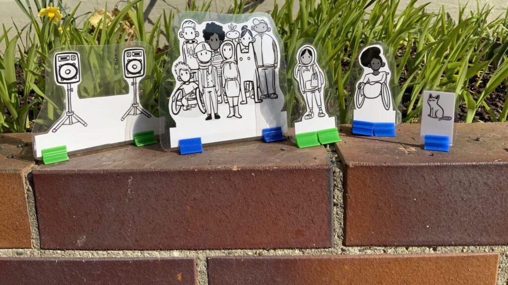Die Scenes des Projektentwicklungslabors, aufgestellt auf einer Backsteinmauer, © Servicestelle Jugendbeteiligung e.V., 2021