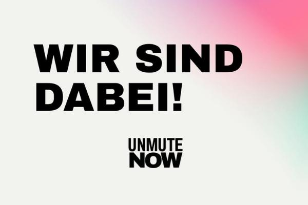 """Die Grafik zeigt einen verwaschenen Hintergrund in weiß, lila, pink und türkis. In der Mitte steht: """"Wir sind dabei!"""" und am unteren Rand sieht man das Logo von UNMUTE NOW."""