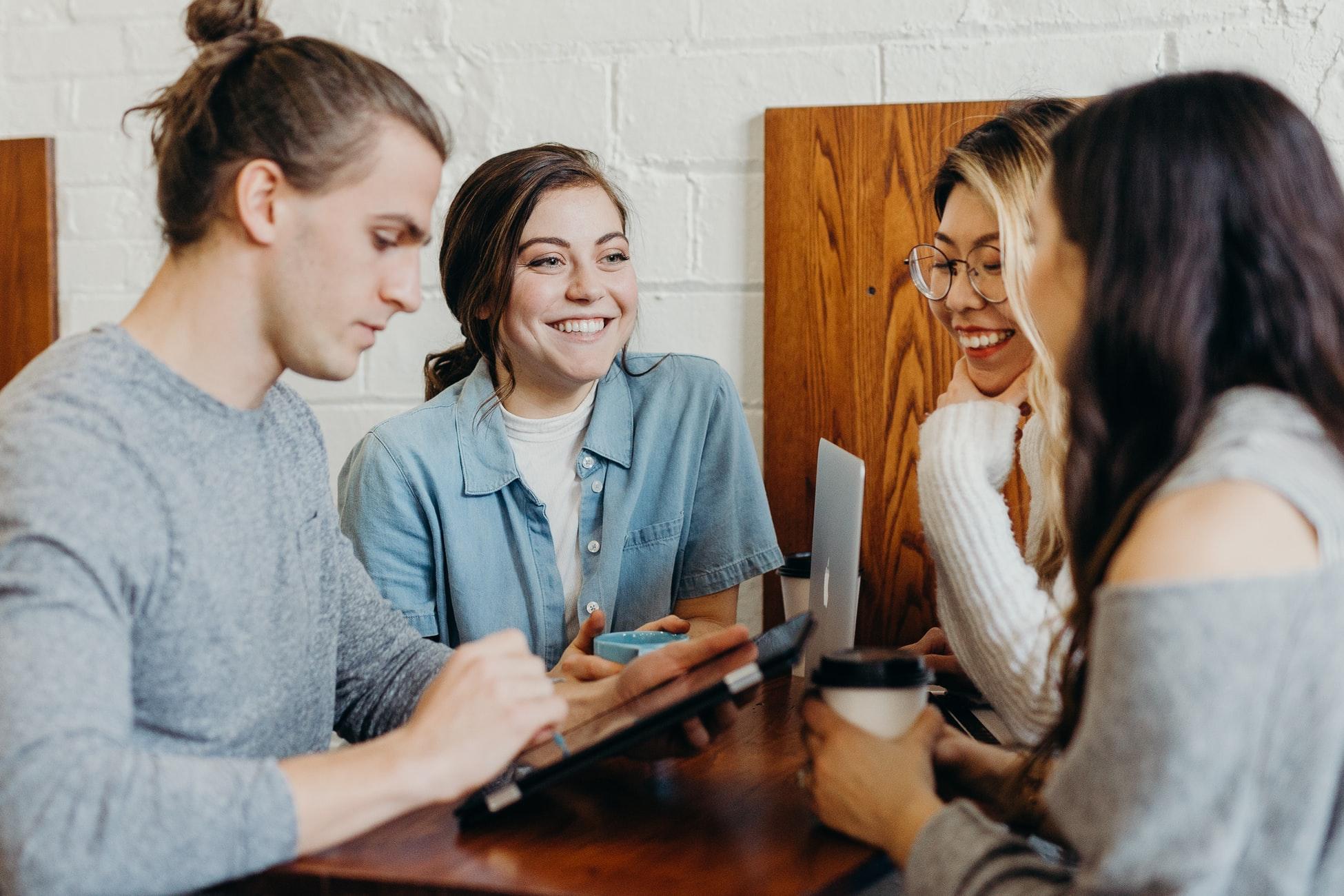 Auf dem Bild sind vier Jugendliche zu sehen, die miteinander reden und Ideen austauschen.