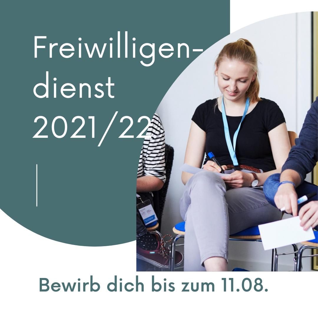 """In der linken oberen Ecke steht """"Freiwilligendienst 2021/22"""". Auf der rechten Seite ist ein Mädchen zu erkennen, das auf einem Stuhl sitzt und etwas notiert. Im unteren Bildrand steht: """"Bewirb dich bis zum 11.08."""" © Servicestelle Jugendbeteiligung e.V., 2021"""