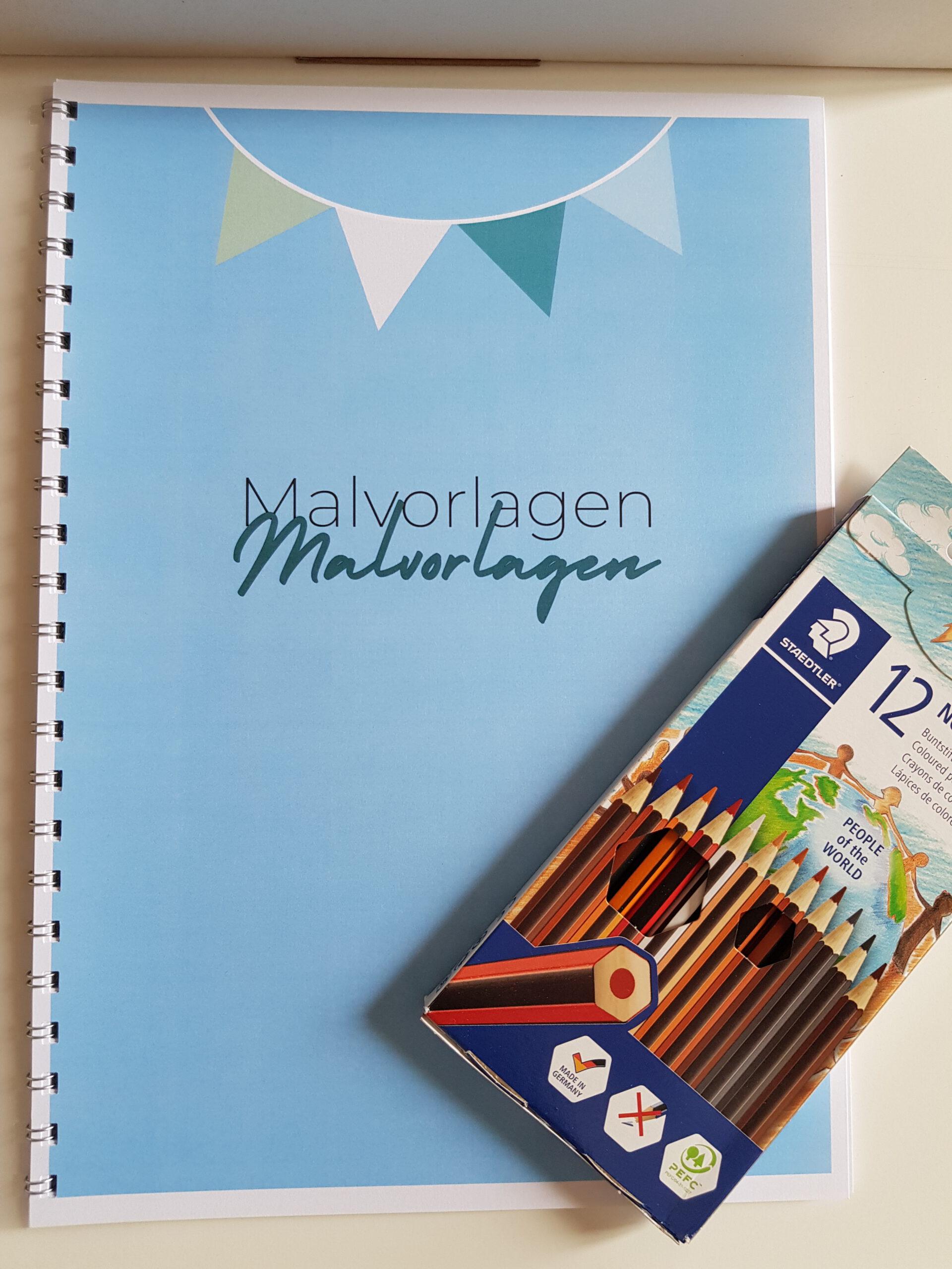 """Das Bild zeigt das Deckblatt der Malvorlagen. Auf blauer Farbe steht """"Malvorlagen"""" geschrieben. Darüber ist eine bunte Girlande abgebildet. Neben dem Deckblatt liegen Hautfarben-Buntstifte. © Servicestelle Jugendbeteiligung e.V., 2021"""