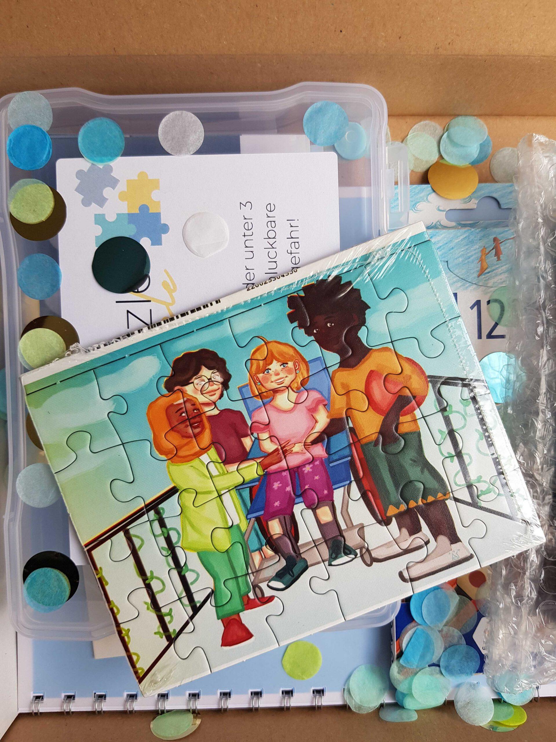 Das Bild zeigt das Puzzle der Inklusiven Kreativbox. Auf dem Puzzlemotiv ist eine vielfältige kleine Gruppe von Kindern zu sehen, die auf einer Brücke stehen und freundlich lachen. © Servicestelle Jugendbeteiligung e.V., 2021