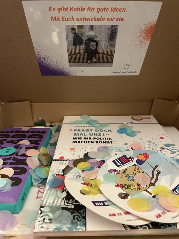 Prall gefüllte SuperWahlBox, mit Infos zur Wahl und Jokolade, © SJB, 2021