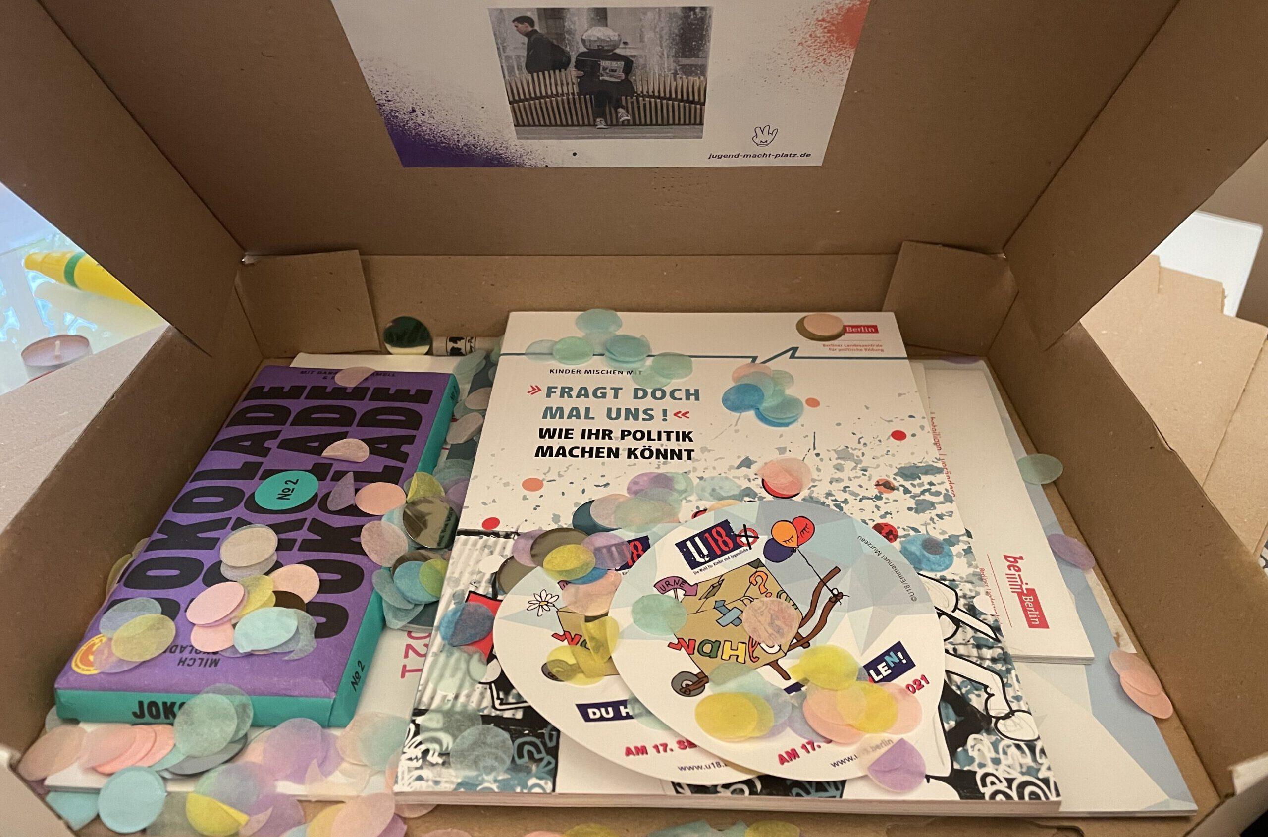Ein Blick in die bunte Superwahlbox, mit Infobroschüren, Stickern, Konfetti und guter Jokolade © SJB, 2021