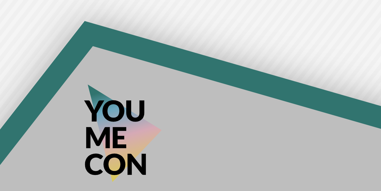 """Das Logo der Youth Media Convention hat einen grauen Hintergrund. Von links nach rechts ist ein dunkelgrüner dicker Balken, der im ersten Drittel von links gesehen eine Ecke hat. Unter dieser Ecke auf einem blassfarbigen bunten Dreieck, welches einen Farbverlauf von grün zu blau zu rosa zu gelb hat steht in schwarzen Großbuchstaben untereinander """"You"""" """"Me"""" """"Con"""". """"YouMeCon"""" ist der Name der Veranstaltung. Das Dreieck auf dem """"YouMeCon"""" steht ist auf dem grauen Hintergrund."""