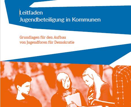 """Titelbild der PDF mit dem Schriftzug """"Leitfaden Jugendbeteiligung in Kommunen"""". In orange-weiß sind die Oberkörper drei junger Menschen zu sehen."""